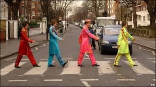 甲壳虫乐队的歌迷模仿当年他们横穿埃比路的样子