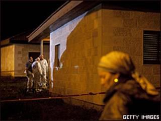 Vizinhos em frente à casa da família Fogel, que teve cinco membros assassinados, na Cisjordânia (Getty)