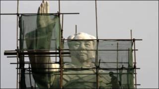 Chăm sóc tượng Mao ở Thành Đô