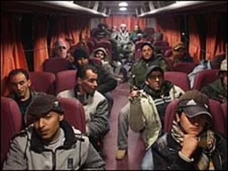 Rebeldes deixando o front de Brega em 12 de março/Getty Images