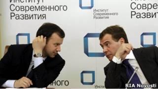 Российский президент Дмитрий Медведев и советник Аркадий Дворкович