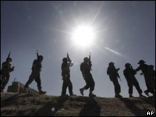 Treinamento de tropas afegãs nos arredores de Cabul, nesta terça