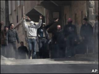 Manifestantes nas ruas de Deraa