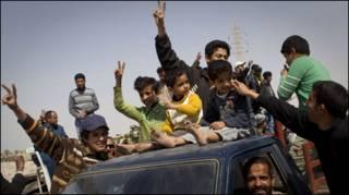 Người dân Ajdabiya ăn mừng