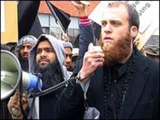 Rich/Salahuddin, durante protesto contra soldados britânicos no Afeganistão