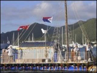 Barco conduzido por tripulação de idosos (AP)