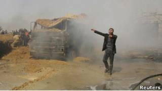 Мужчина реагирует на взрыв в Газе
