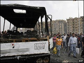 Ônibus queimado na praça Tahrir, Cairo, depois de protesto (AP)