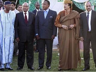 अफ्रीकी संघ के नेताओं के साथ कर्नल मुअम्मार क़द्दाफ़ी