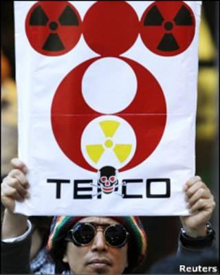 Japonês protesta contra operadora de usina (Foto: Reuters)