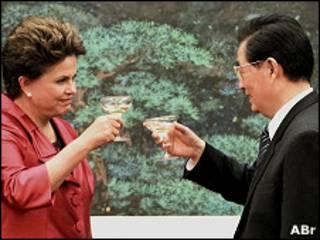Dilma Rousseff brinda com o presidente da China, Hu Jintao, durante sua visita a Pequim, em abril