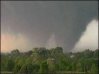 Imagem feita em celular mostra ventos violentos (Distribuição: Reuters)