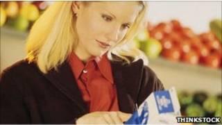 Покупательница читает этикетку