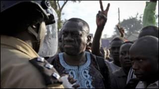 Kizza Besigye ahanganye n'umupolisi