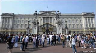 Букінгемський палац надіслав запрошення 46 королівським родинам світу