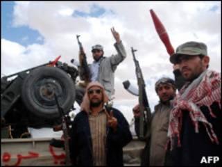 Rebeldes líbios na cidade de Kabao, perto da fronteira com a Tunísia