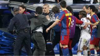 Kerusuhan usai babak pertama antara pemain Real Madrid dan Barcelona