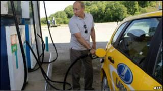 Владімір Путін намагався стримати ціни на пальне