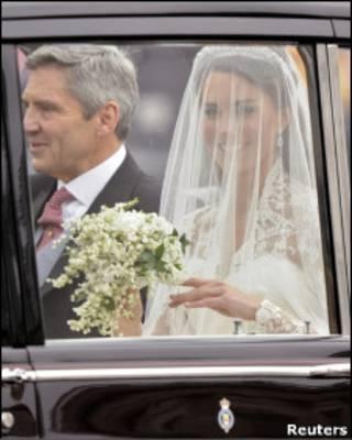 Middleton vai para a igreja acompanhada do pai, Michael Middleton (Foto: Reuters)