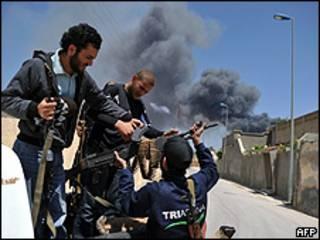 Rebeldes líbios na cidade de Misrata, em área perto do aeroporto (AFP)