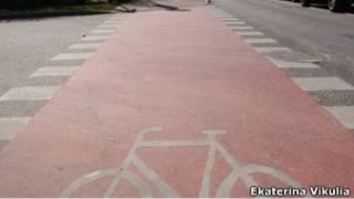 Велодорожка и велосипедист в Риге