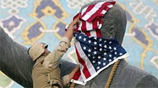 Статуя Саддама Хусейна в Багдаде в день, когда ее снесли