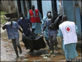 Cruz Vermelha remove corpos do distrito de Yopougon, em Abidjan
