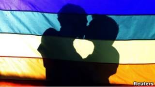 Гей-пара на фоне флага в Рио