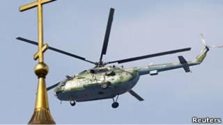 Вертолет пролетает во время Дня Победы над церковью