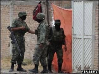 Soldados em uma vala comum encontrada no Estado de Durango (Reuters)