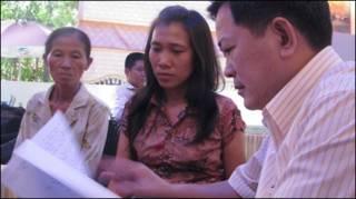 Luật sư Trần Đình Triển nói chuyện với gia đình anh Nhựt