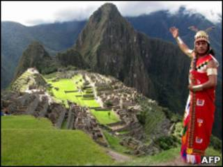 Homem vestido de inca em Machu Picchu (AFP)