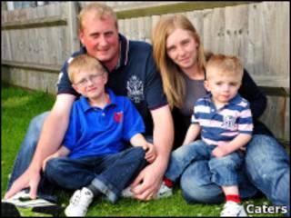 O garoto Oliver Jebson com sua família.