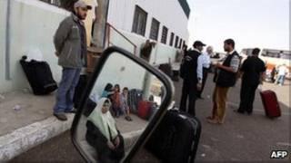 Palestinos esperando para cruzar a Egipto