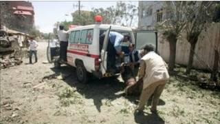 کارمندان بیمارستان در هرات در حال انتقال یک زخمی