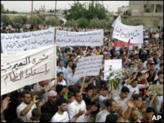 Imagem de celular feita durante protesto na Síria na última sexta-feira (AP)