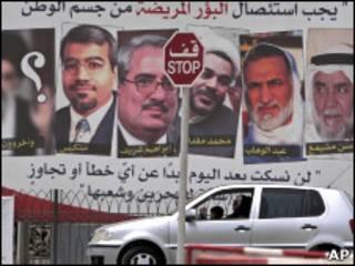 Cartaz pró-governo mostra fotos de líderes da oposição presos.
