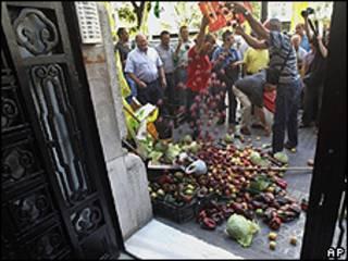 Agricultores de Valência despejaram 300 quilos de frutas, legumes e verduras em frente ao consulado alemão (AP)