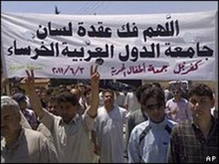Protesto contra o governo sírio na cidade de Idlib (AP)