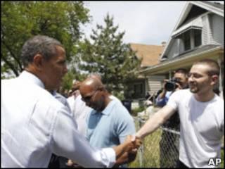 Obama cumprimenta cidadão de Ohio (AP)