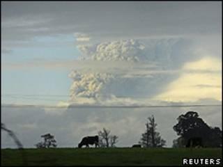 Coluna de fumaça do vulcão Puyehue, no Chile (Reuters)