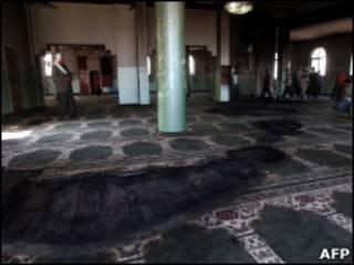 Palestinos observam estragos na mesquita em Al Mughayir
