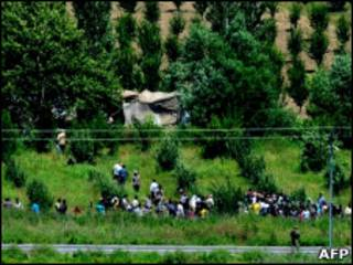 Sírios fogem para a fronteira com a Turquia.