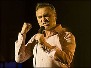Morrissey canta durante apresentação em programa da BBC (foto: BBC)