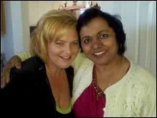 A doadora Amy Donohue (esquerda) com Anu Dwivedi