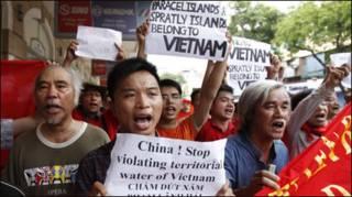 Biểu tình chống TQ tại Hà Nội hôm 12 tháng Sáu (Reuters)