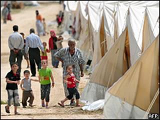 Refugiados sírios em campo da Cruz Vermelha perto da fronteira (AFP)