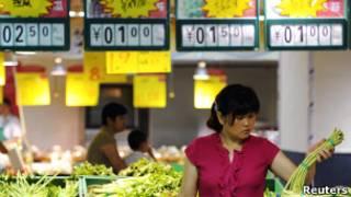 Женщина выбирает овощи в супермаркете в Китае