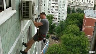 альпинист чинит кондиционер