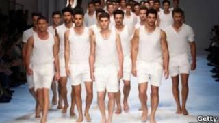 Мужчины дефилируют в нижнем белье на показе мод
